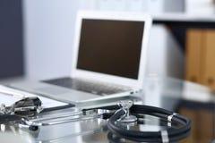 Stethoscoop, voorschrift medische vorm die op glaslijst liggen met laptop computer Geneeskunde of apotheekconcept Medisch royalty-vrije stock foto