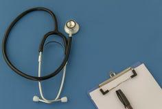 Stethoscoop, voorschrift, op blauwe achtergrond Het concept Geneeskunde royalty-vrije stock afbeeldingen