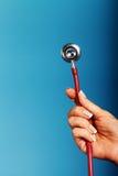 Stethoscoopclose-up in doctor& x27; s hand Stock Afbeeldingen