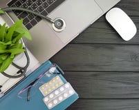 Stethoscooplaptop zwarte houten van de Desktop hoogste mening Stock Foto