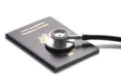 Stethoscop op paspoort dat op whitebackground wordt geïsoleerd Stock Afbeeldingen