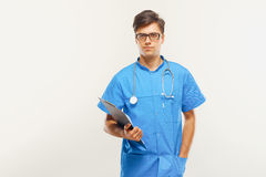 医治With Stethoscope Around他的脖子反对灰色背景 库存照片