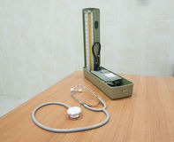 Stethoscope and blood pressure gauge on desk Stock Photography