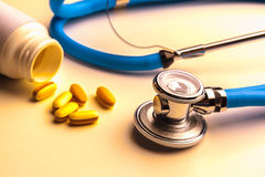 Stethoscope and some pills Royalty Free Stock Photos