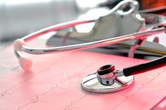 Stethoskop über EKG Diagramm im Krankenhaus Lizenzfreies Stockbild