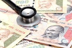 Stethoskop auf Anmerkungen der indischen Rupie Stockbild