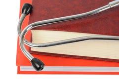 Stethoskop auf Büchern Stockfotografie