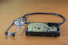 Stethoskop auf dem Festplattenlaufwerk Stockbild