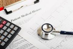 Stethoskop auf dem Kardiogramm Lizenzfreie Stockfotos