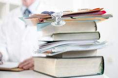 Stethoskop auf einem Stapel medizinischen Büchern Lizenzfreie Stockfotos