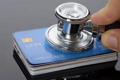 Stethoskop auf einem Stapel von Kreditkarten Stockfotografie