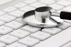 Stethoskop auf einer Tastatur stockfotografie