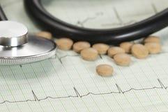 Stethoskop auf Elektrokardiogramm Stockfotos