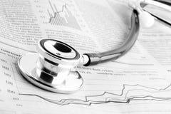 Stethoskop auf Finanzdiagramm Lizenzfreie Stockbilder