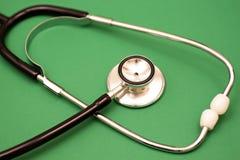 Stethoskop auf Grün Stockbild