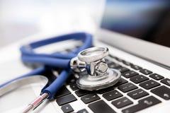 Stethoskop auf Laptoptastatur stockfotografie