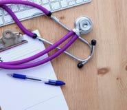 Stethoskop auf Laptoptastatur Bild des Konzeptes 3D Stockfotos
