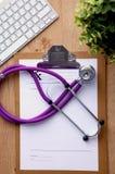 Stethoskop auf Laptoptastatur Bild des Konzeptes 3D Lizenzfreies Stockbild