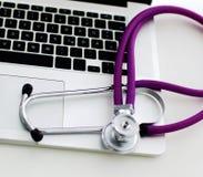 Stethoskop auf Laptoptastatur Bild des Konzeptes 3D Stockfoto