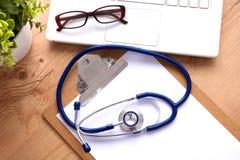 Stethoskop auf Laptoptastatur Bild des Konzeptes 3D Lizenzfreie Stockfotos