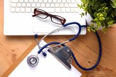 Stethoskop auf Laptoptastatur Bild des Konzeptes 3D Lizenzfreie Stockbilder