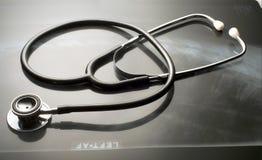 Stethoskop auf Leuchtkasten Lizenzfreie Stockfotografie