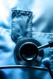 Stethoskop auf medizinischem Mantel Stockfotografie