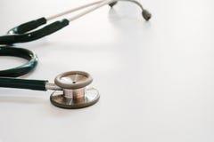 Stethoskop auf medizinischem Schreibtisch mit selektivem Fokus stockbild