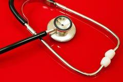 Stethoskop auf Rot Stockfoto