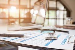 Stethoskop auf Versicherungspolice mit Krankenversicherung Lizenzfreie Stockfotos