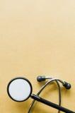 Stethoskop auf Weinlesepapier Lizenzfreie Stockfotografie