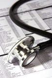 Stethoskop über einem Report Lizenzfreies Stockbild