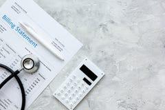 Stethoskop, berechnende Aussage für Doktor ` s Draufsichtraum des Arbeitssteinhintergrundes für Text Stockbilder