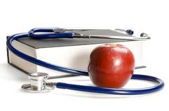 Stethoskop, Buch und Apfel Stockfoto