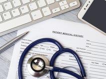 Stethoskop, das auf geduldiger Krankengeschichte liegt stockfoto
