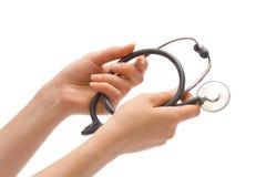 Stethoskop in den weiblichen Händen Lizenzfreies Stockfoto