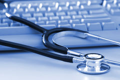 Stethoskop durch Computer-Tastatur Lizenzfreies Stockfoto