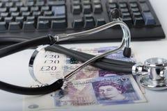 Stethoskop, Geld, Tastatur auf weißem, medizinischem Konzept Lizenzfreie Stockfotografie