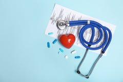 Stethoskop, Kardiogramm und Pillen Stockbilder