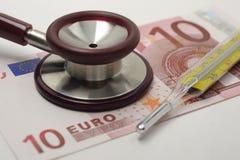 Stethoskop, klinischer Thermometer und Euro 10 stockfoto
