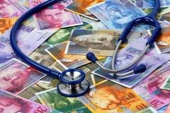 Stethoskop, Lügen auf dem Schweizer Franc lizenzfreie stockfotos