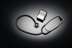 Stethoskop lokalisiert auf schwarzem Hintergrund Draufsichtphotographie Stockbilder