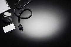 Stethoskop lokalisiert auf schwarzem Hintergrund Draufsichtphotographie Lizenzfreie Stockfotografie