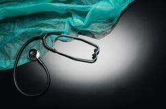Stethoskop lokalisiert auf schwarzem Hintergrund Draufsichtphotographie Stockfoto