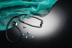 Stethoskop lokalisiert auf schwarzem Hintergrund Draufsichtphotographie Lizenzfreie Stockfotos