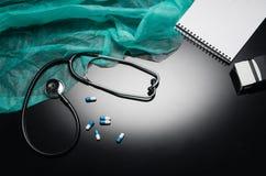 Stethoskop lokalisiert auf schwarzem Hintergrund Draufsichtphotographie Stockfotos
