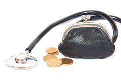 Stethoskop, Münzen und Geldbörse Stockbild