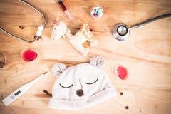 Stethoskop, Medizin, Thermometer auf hölzerner Rückseite Lizenzfreie Stockfotos