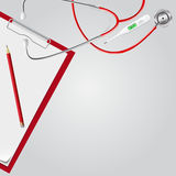 Stethoskop, medizinischer Thermometer, Klemmbrett, Bleistift Regenbogen und Wolke auf dem blauen Himmel Lizenzfreies Stockfoto