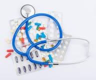 Stethoskop mit Pillen und Kapseln in der Blase Stockfoto